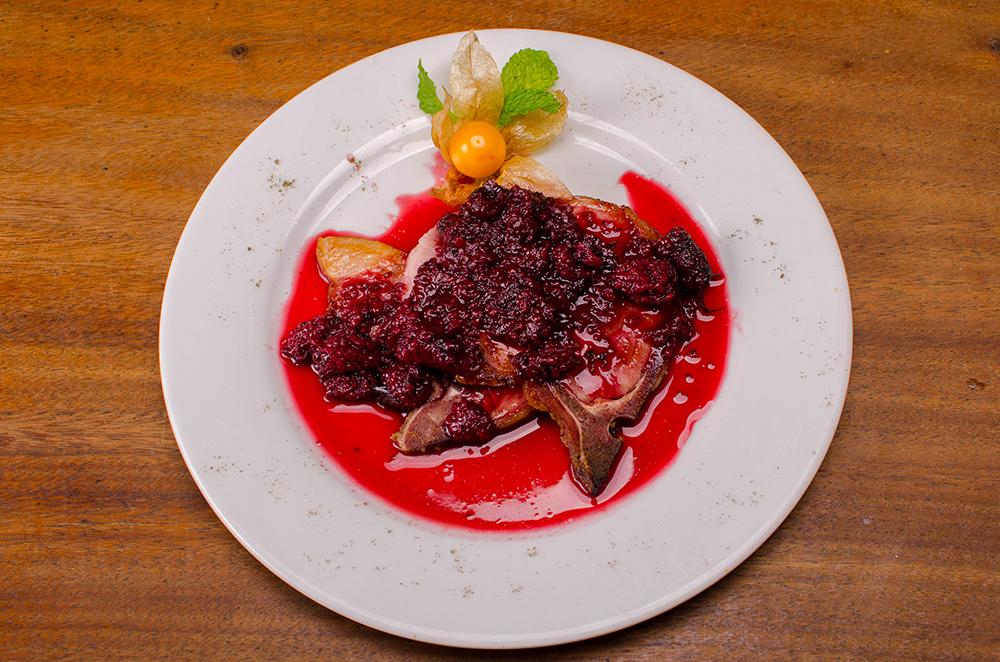 Chuleta ahumada en salsa de mora